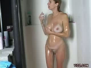 Hot chick gets horny while taking a bath