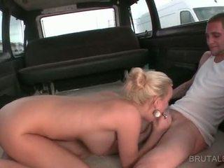 Close-up mit blond amateur giving bj im die
