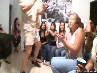 Відео з дівчинки giving оральний секс