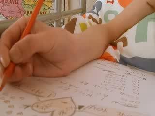 Teen schulmädchen doing hole homework