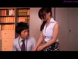 Rinnakas kontoris daam koos prillidega getting tema tissid rubbed nippl