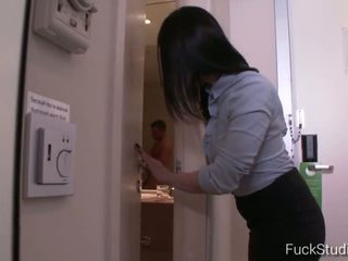 brunetta, giovane, masturbarsi