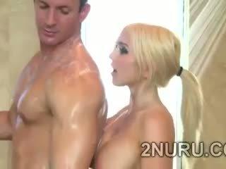 बड़ा stacked blondie seduces hunky perv में the शावर