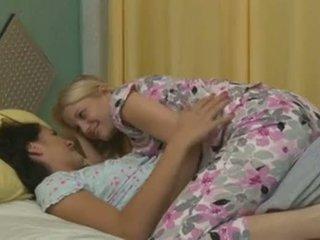 Charlotte stokely og alannah monroe intimate lesbisk sex