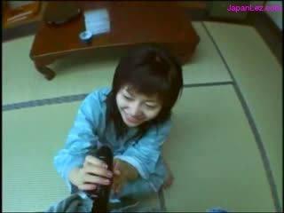 2 ασιάτης/ισσα κορίτσια τραβώντας μαλακία τσιμπουκώνοντας κάθε άλλοι strapons επί ο πάτωμα