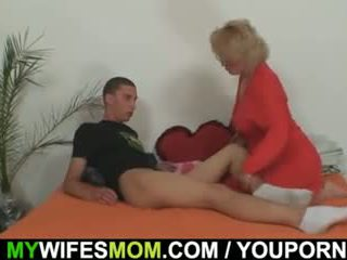 Mother-in-law fucks henne son i lag