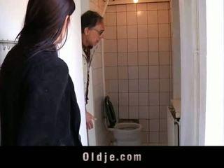 Oldje: mladý dospívající tries ji první starý člověk