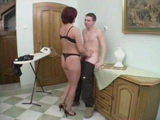 Roodharige milf gets anaal van een jong man op de stairs