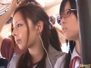 Shameless διεστραμμένος/η κινέζικο females having funtime γύρω bananas σε δημόσιο λεωφορείο