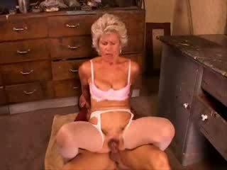 Grany مارس الجنس شاق من شاب صبي فيديو