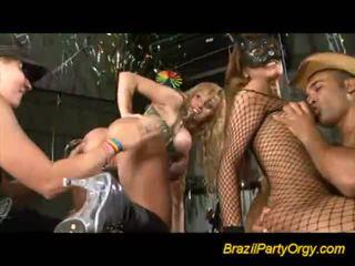 Insane gal offering מציצות ב מסיבה