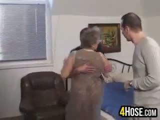 Grasso nonnina scopata in il culo