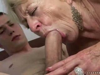 Γιαγιά και αγόρι enjoying σκληρά σεξ