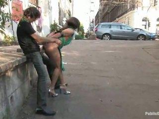 Söt lea gjort kärlek stor inuti den offentlig plats alfresco