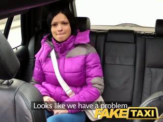 Faketaxi γυναίκα με μεγάλος φυσικός βυζιά rides καβλί