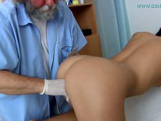 의료 examination 로 a curious 의사.