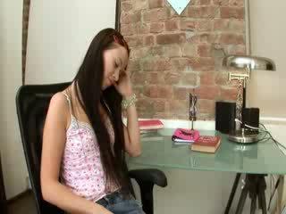 Evelina modell büro vergnügen auf ein stuhl