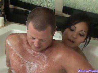 An unusual マッサージ 後に taking a tub 一緒に