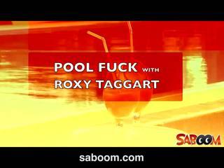 Roxy taggart gets 엿 에 그만큼 poolside 에 saboom
