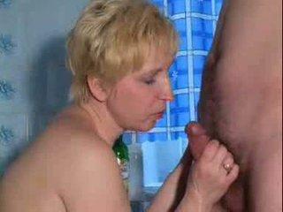 Läkkäämpi kuuma stimulating läkkäämpi nainen on pelissä kanssa itse