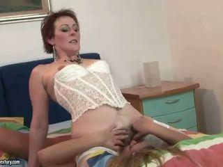 おばあちゃん と ティーン enjoying レズビアン セックス