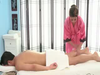 סקסי שחרחורת masseuse rubs מטה