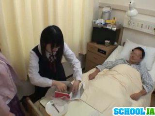 Asijské školačka visits male přítel v nemocnice pro a
