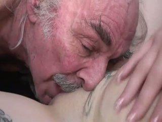 Porner premium: akrobatik seks film ile bir eski adam ve bir genç spor ayakkabıları.