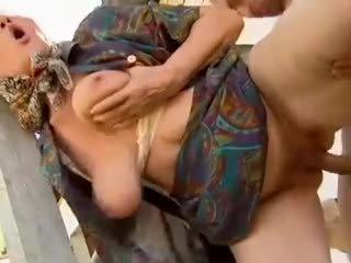 2 güvenlik görevlisi ninelerin seduced tarafından genç adam