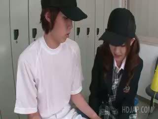 Japonské školáčka satie a coeds kokot v locker izba
