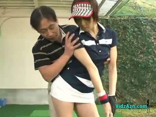 Štíhlý asijské dospívající enjoys sání ji golfové instuctors kohout