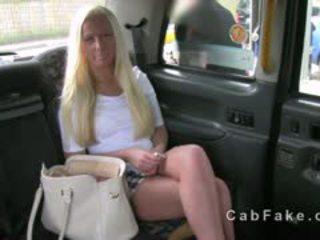 Blondīne angļi skaistule fucked par a aizmugurējais sēdeklis no fake taxi