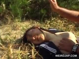 Innocent ázsiai iskola lány kényszerű bele hardcore szex szabadban