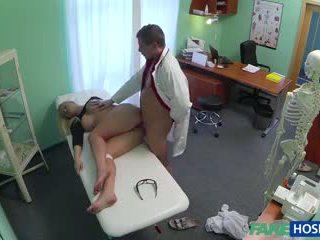 Doktor banged sikiş blondinka in his cabinet.