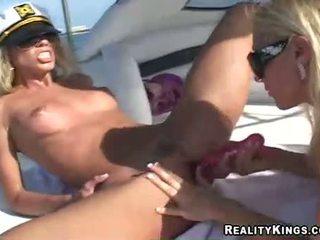 Жінки marlie moore і друг enjoys a іграшка fake статевий член дію outdoors