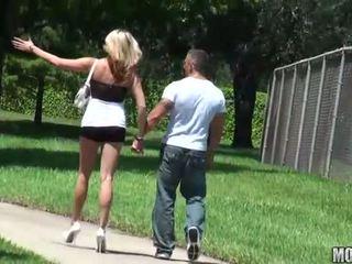Maigre salope rides une bite