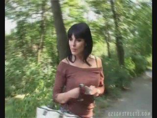 Ceko gadis mengisap kontol di itu jalan untuk uang