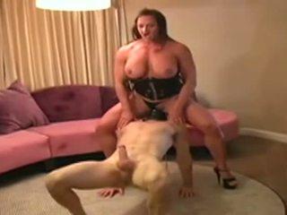 Female bodybuilder dominates hombre y gives él mamada