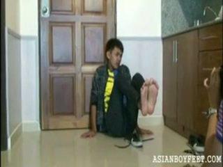 Bee poses sexily představení pryč jeho asijské chap nohy