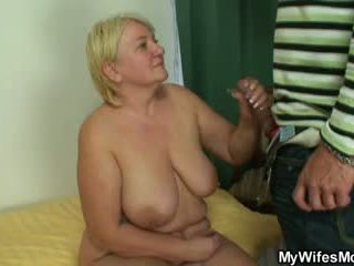 Masturbándose madre gets busted y screwed