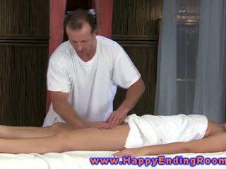 মালিশ জন্য মডেল থেকে hunky masseuse gets আউট