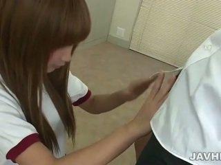 Aziatike adoleshent does stimulim me dorë n marrjenëgojë