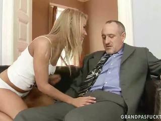 ग्रॅनड्पा fucks उसके युवा गर्लफ्रेंड