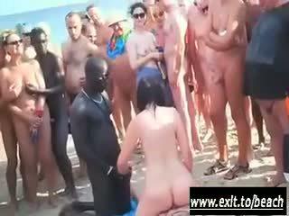 Interracial parten på den naken beach video-