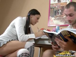 年輕 褐髮女郎 turns studying 成 熱 性別