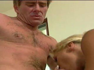 Seksuālā blondīne paklīdusi sieviete getting double penetrated līdz viņai lovers