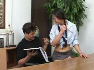 Bonita asiática aluna banged