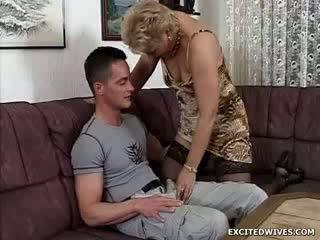 A laska guy finds sam w the szczęśliwy pozycja getting offered a okrągły z starsze cipa w the middle z the dzień. podczas ge
