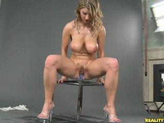 Tettona naturale titted katerina masturbare