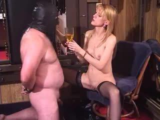 Küntije blondinka betje eje maýyryp sikmek üýtgeşik gyzyň üstün çykmagy piss içmek